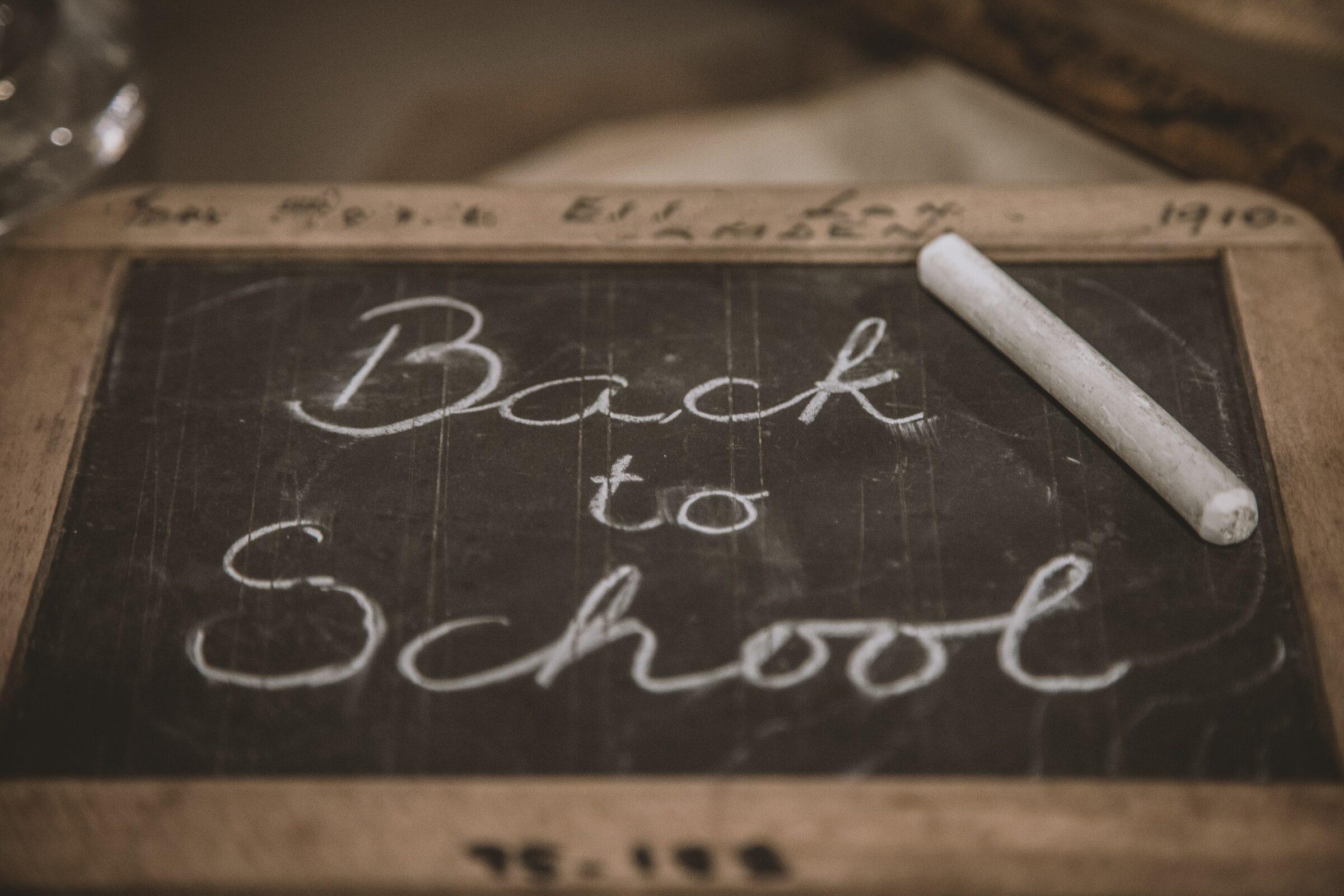 Op klein schoolbord met krijt Back to school geschreven.